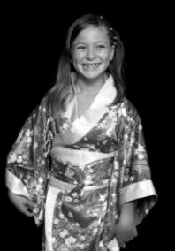 image d'une petite fille portant un kimono